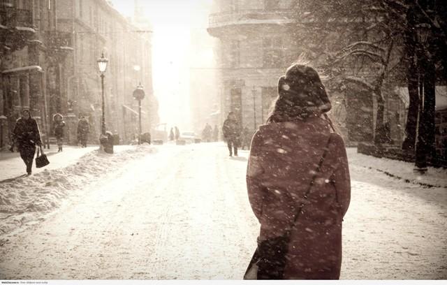 Девушка смотрит на падающий снег, картинка к стихам Анны Купровской