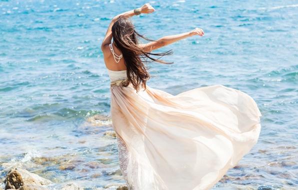 Девушка в белом платье возле моря, картинка к стихам Анны Купровской
